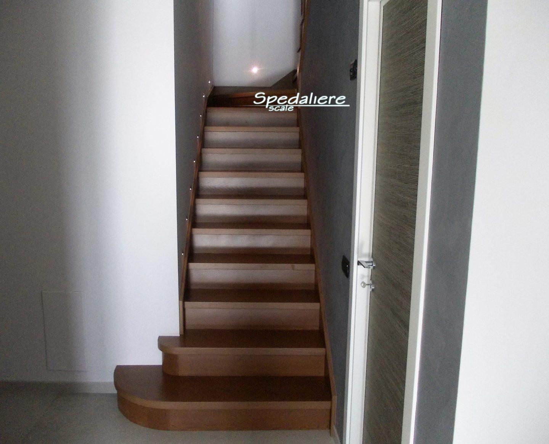 Rampa doppio cosciale finta muratura con alzate e pedate  in legno massello