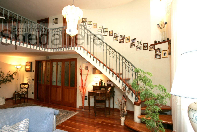Rampa doppio cosciale con gradini in legno massello Ciliegio e ringhiera classico Napoletano