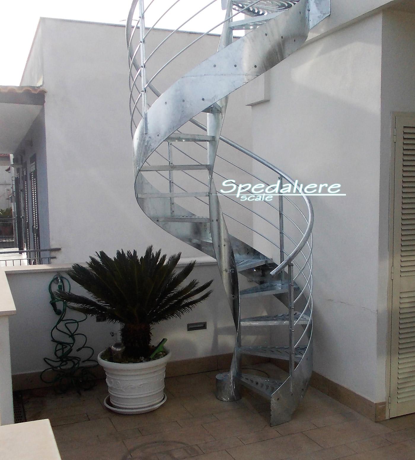 Elicoidale da esterno totalmente zincata a caldo completa di bulloneria in acciaio inox e gradini in Plexiglas trasparente