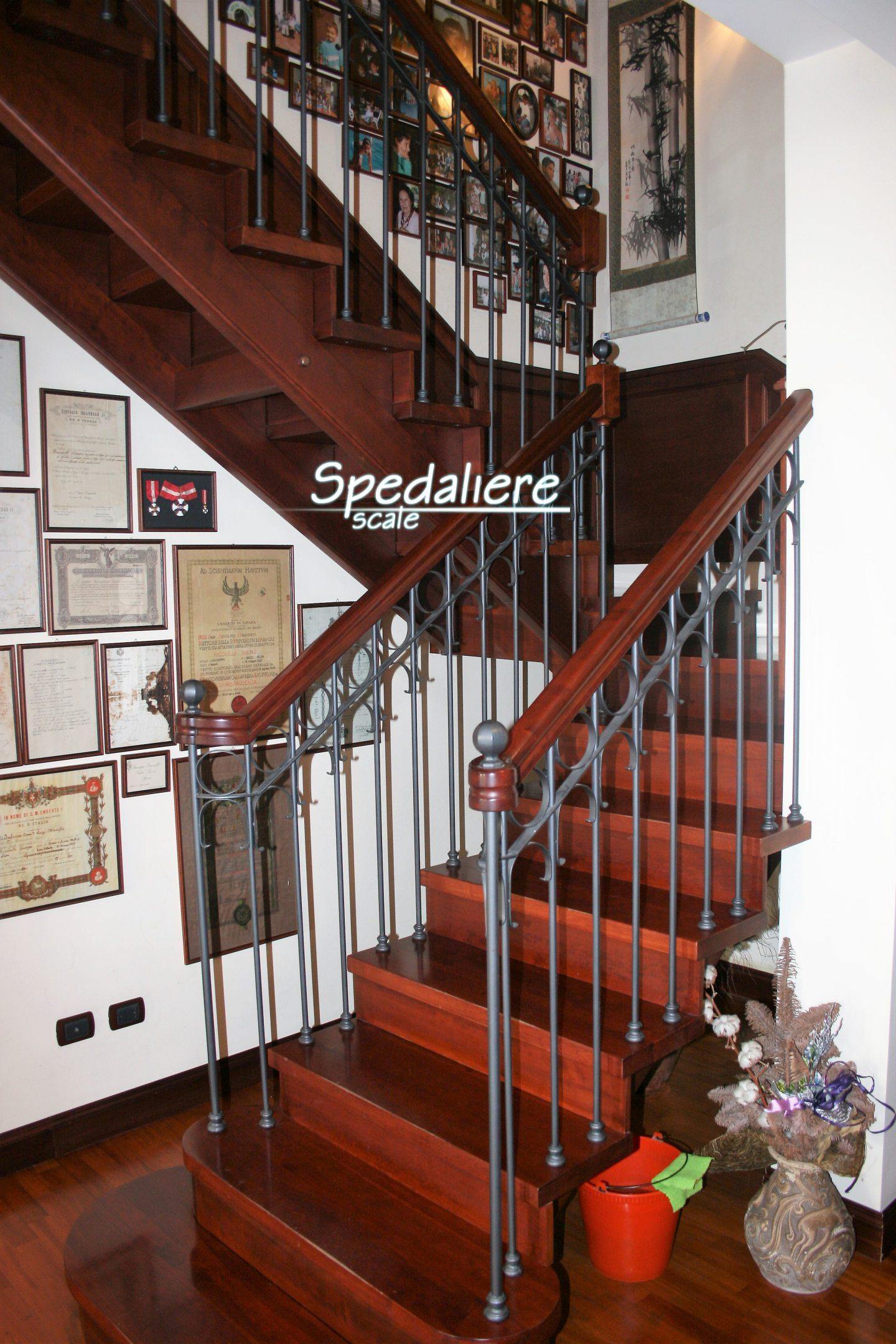 Rampa doppio cosciale e gradini in legno massello e ringhiera classico Napoletano