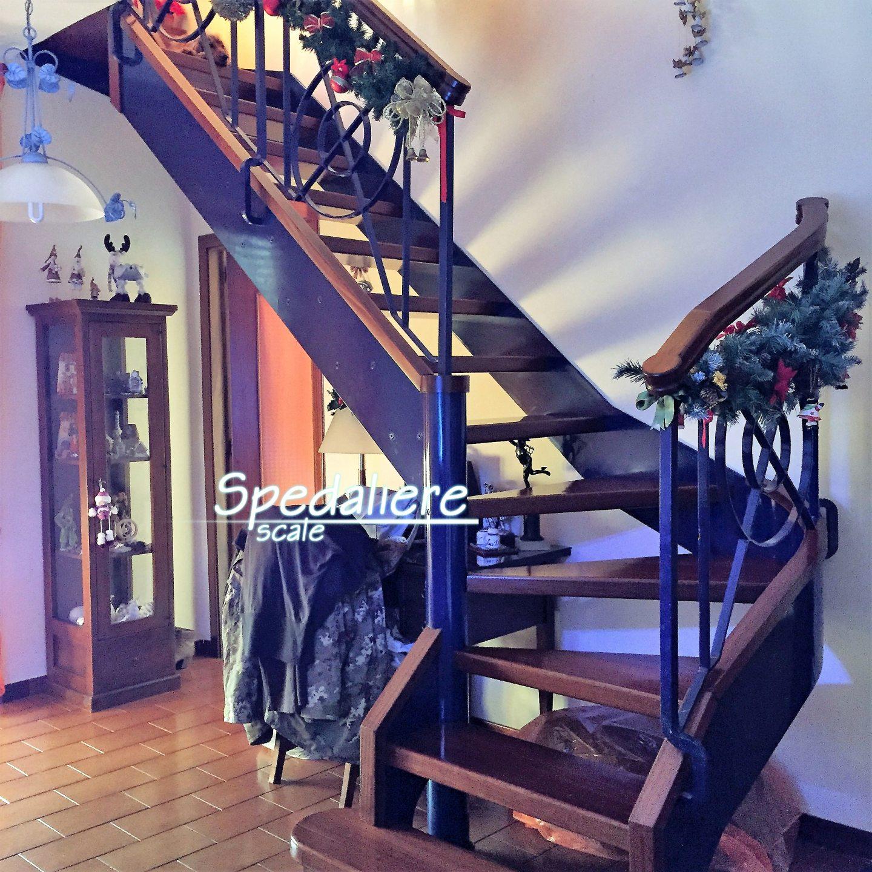 Rampa doppio cosciale gradini in legno massello e ringhiera croci di S.Andrea