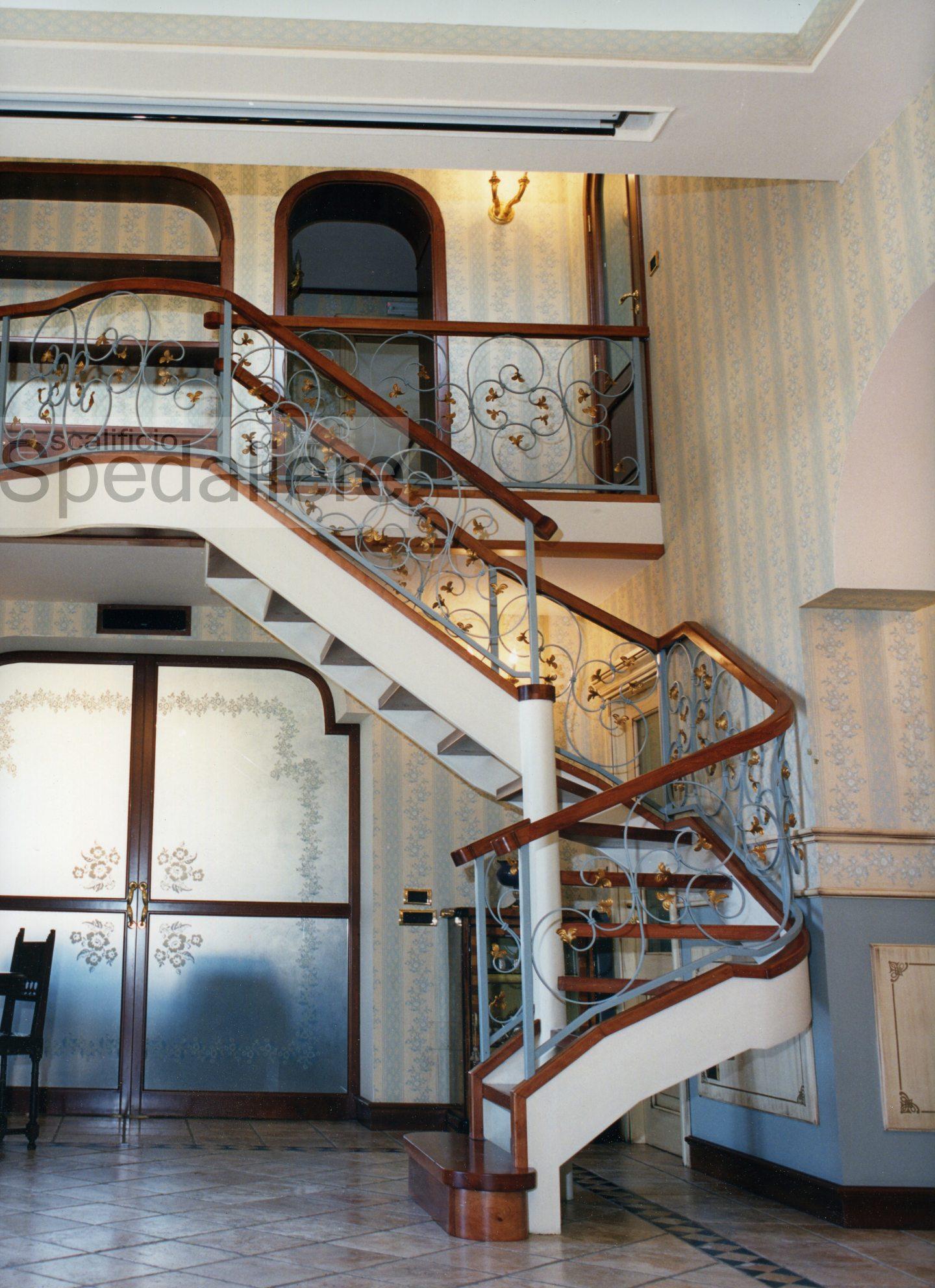 Rampa doppio cosciale metallico gradini in legno massello e ringhiera fogliata