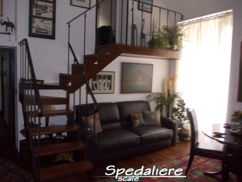 Rampa doppio cosciale gradini in legno massello e ringhiera stilizzata