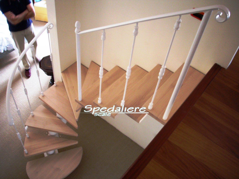 Rampa Snodo con gradini in legno sbiancati e colonnine con borchie