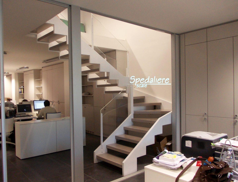 Rampa doppio cosciale con gradini in legno massello e ringhiera con pannelli in Plexiglas