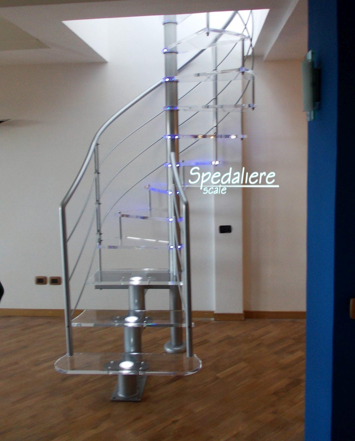 Rampa e chiocciola con gradini in plexiglas illuminata