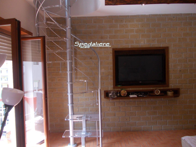 Rampa e chiocciola con gradini in Plexiglas trasparente
