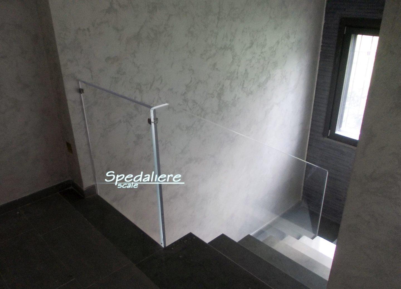 Balaustra e ringhiera su scala con pannellature in Plexiglas trasparente