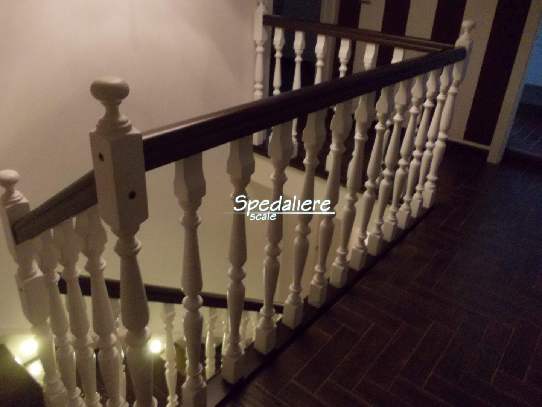 Balaustra modello  Sorrento con colonnine in legno massello tornite tinteggiate bianco