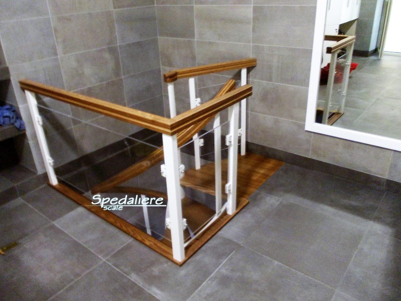 Balaustra con inserti in plexiglas trasparenti e corrimano in legno