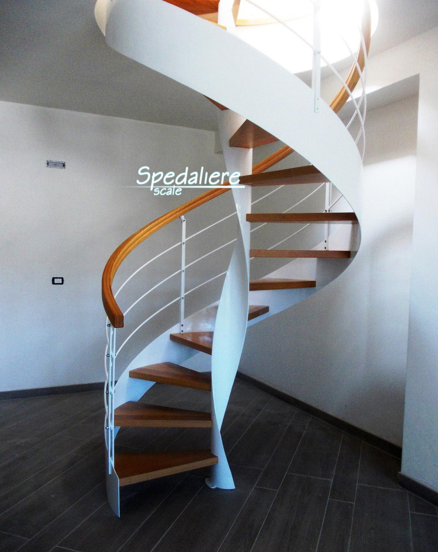 Elicoidale Marechiaro realizzata con gradini e corrimano in legno massello