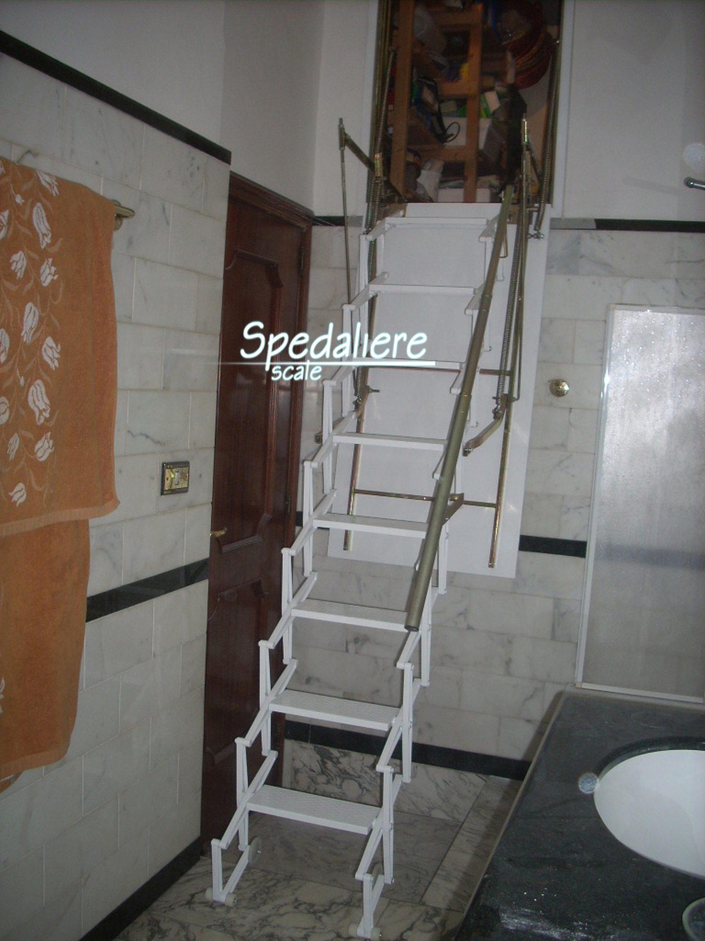 Retrattile a parete verticale rampa in alluminio bianco,  realizzate su misura