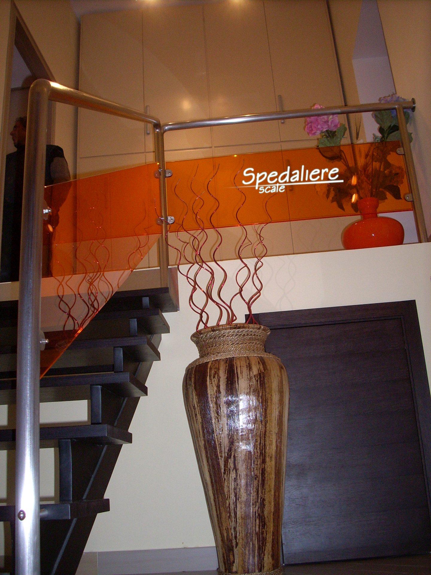 Ringhiera con pannellature in plexiglas Arancio e corrimano in acciaio satinato