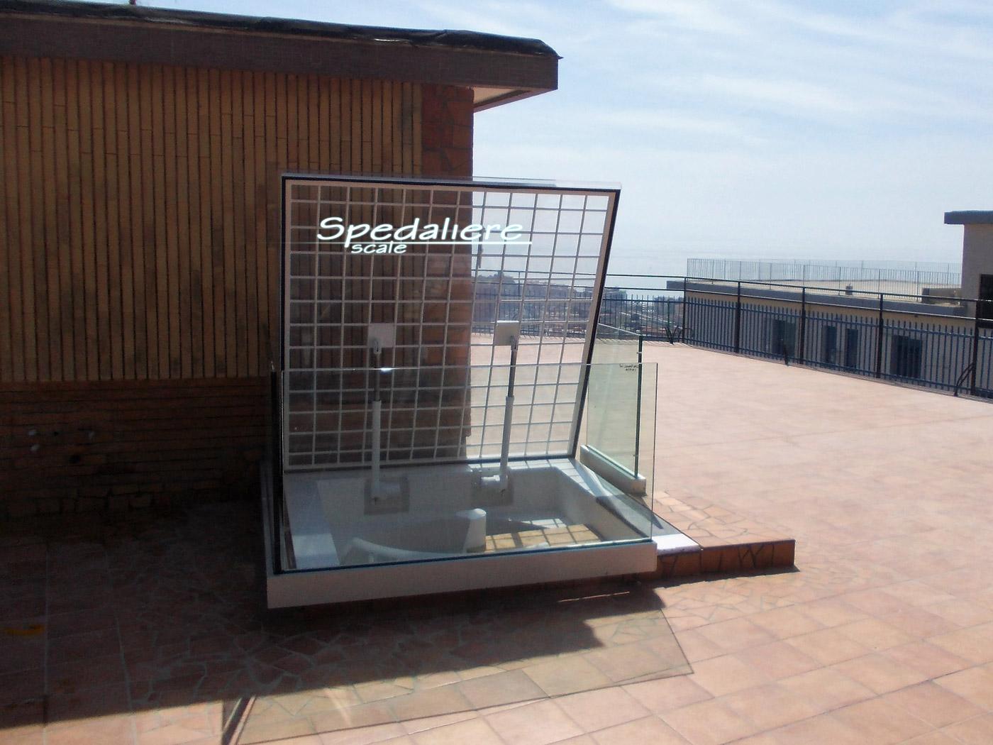 Lucernario quadro  con cordolo alto cm. 15 completo di grata antieffrazione e balaustra in pannellature in vetro temperato stratificato