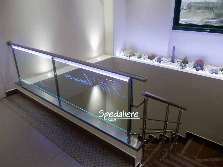 Ringhiera con pannellatura in Plexiglas trasparente con Scritta illuminata personalizzata