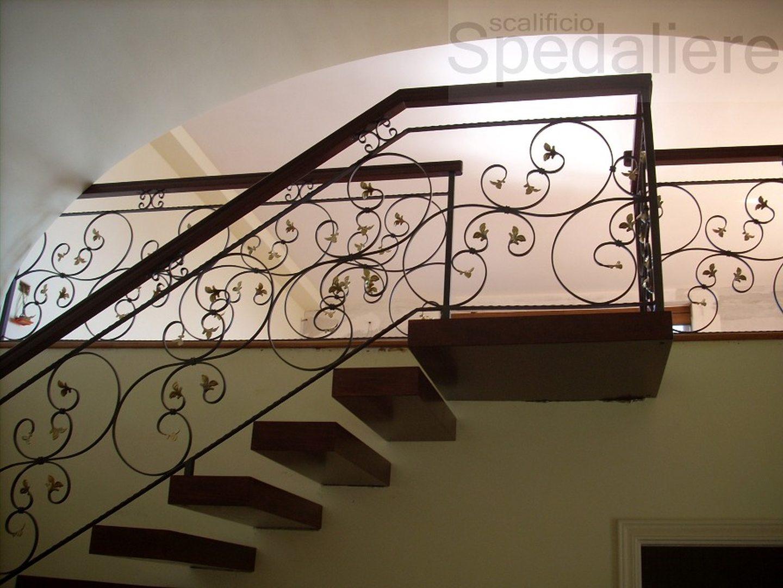 Rampa a Sbalzo ringhiera fogliata realizzata su misura con struttura integrata alla parete
