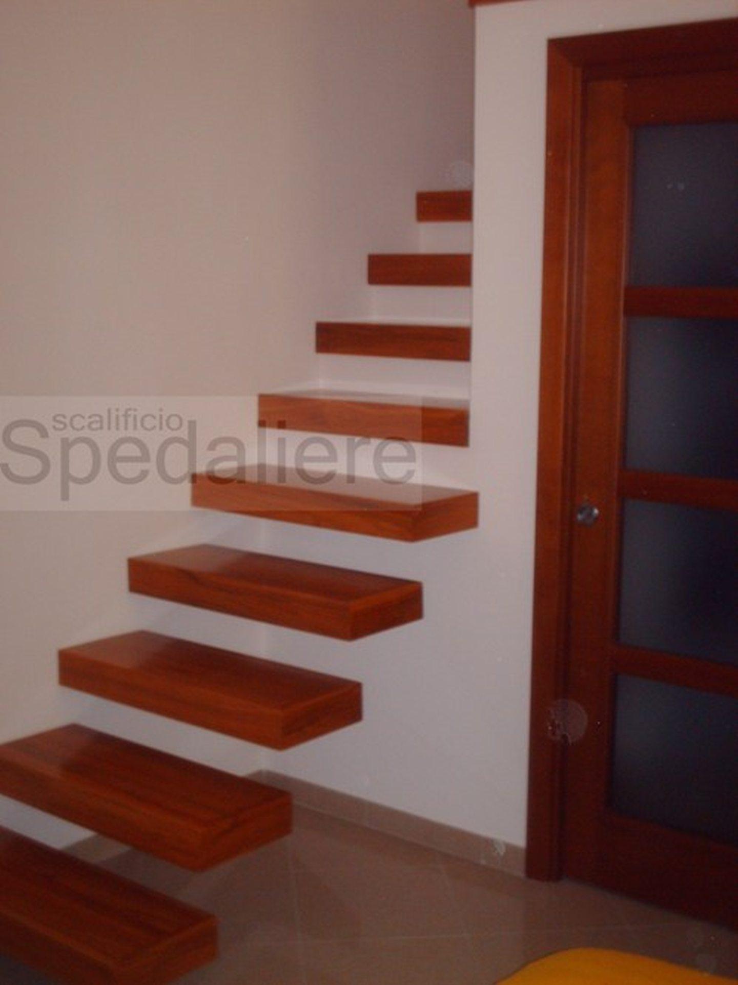 Rampa Sbalzo con gradini in legno Ciliegio realizzata con struttura portante integrata nella parete