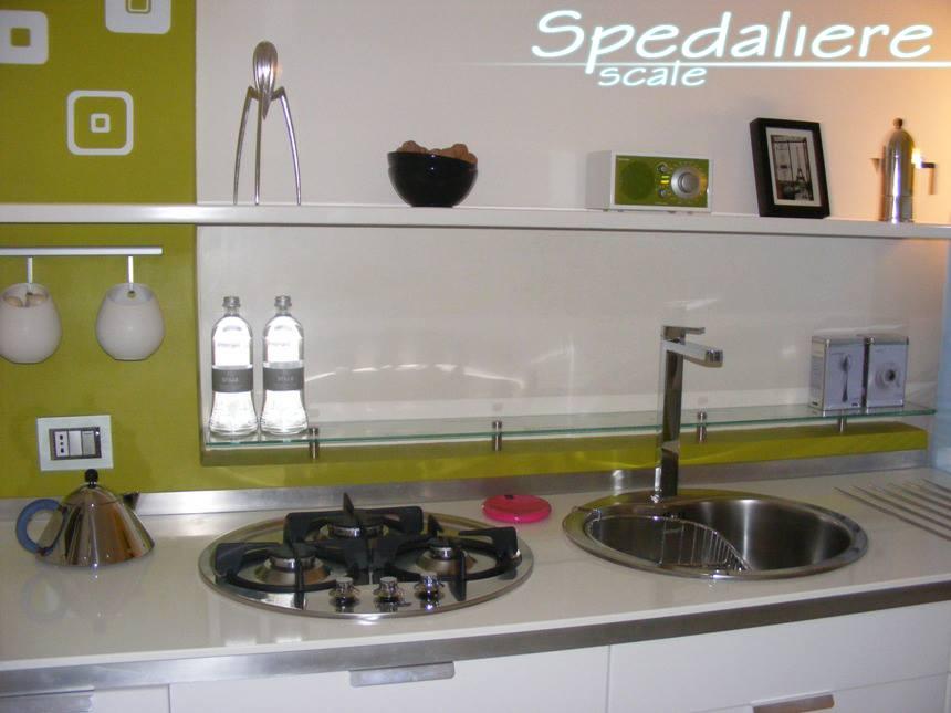 Piano cucina in Corian bianco con inserto in acciaio inox