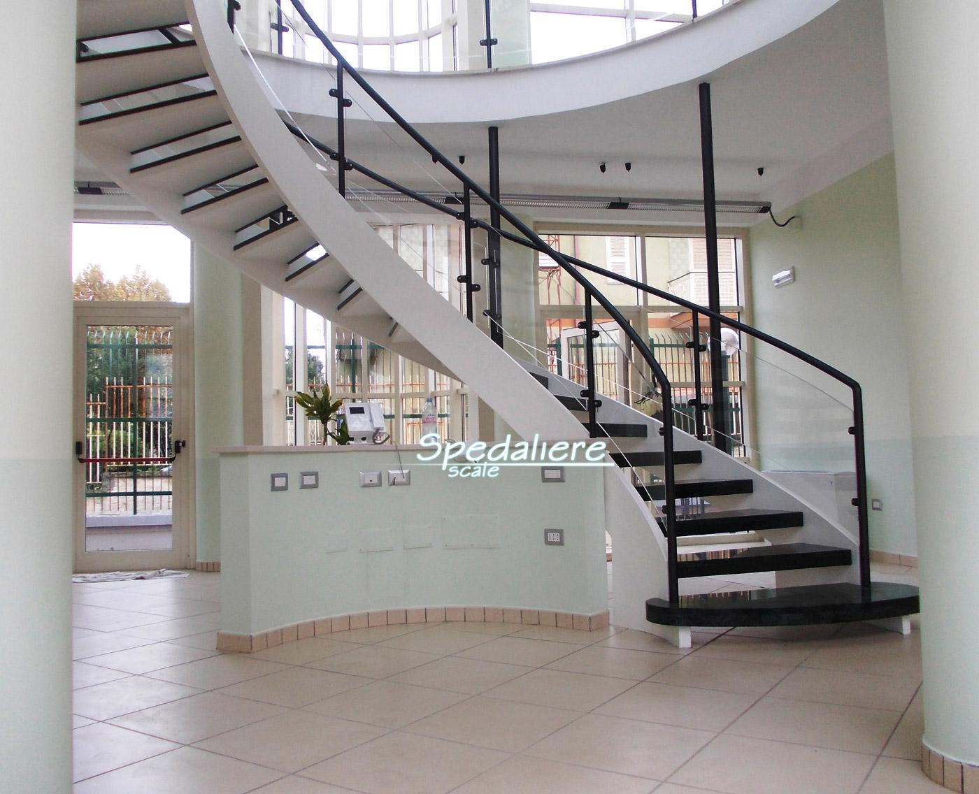 Elicoidale di grosse dimensioni con gradini in marmo e ringhiere in pannellature di Plexiglas