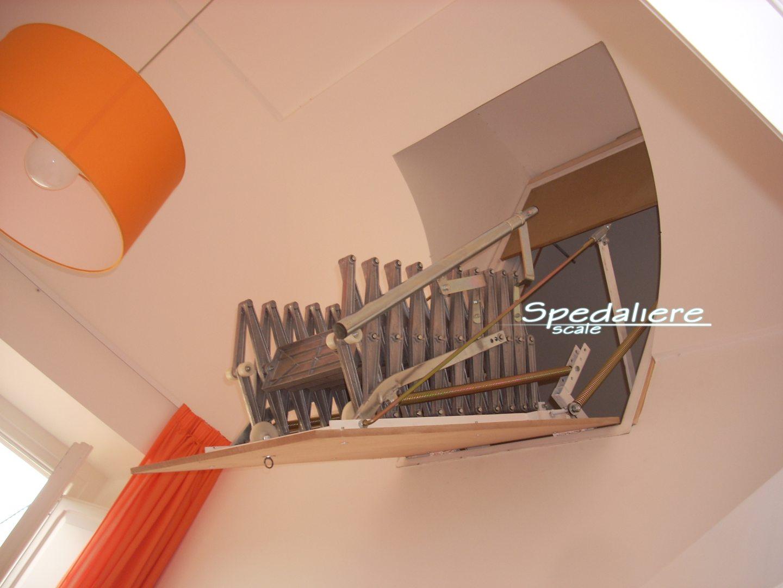 Retrattile a parete verticale rampa in alluminio,  realizzata con foro a sguscio