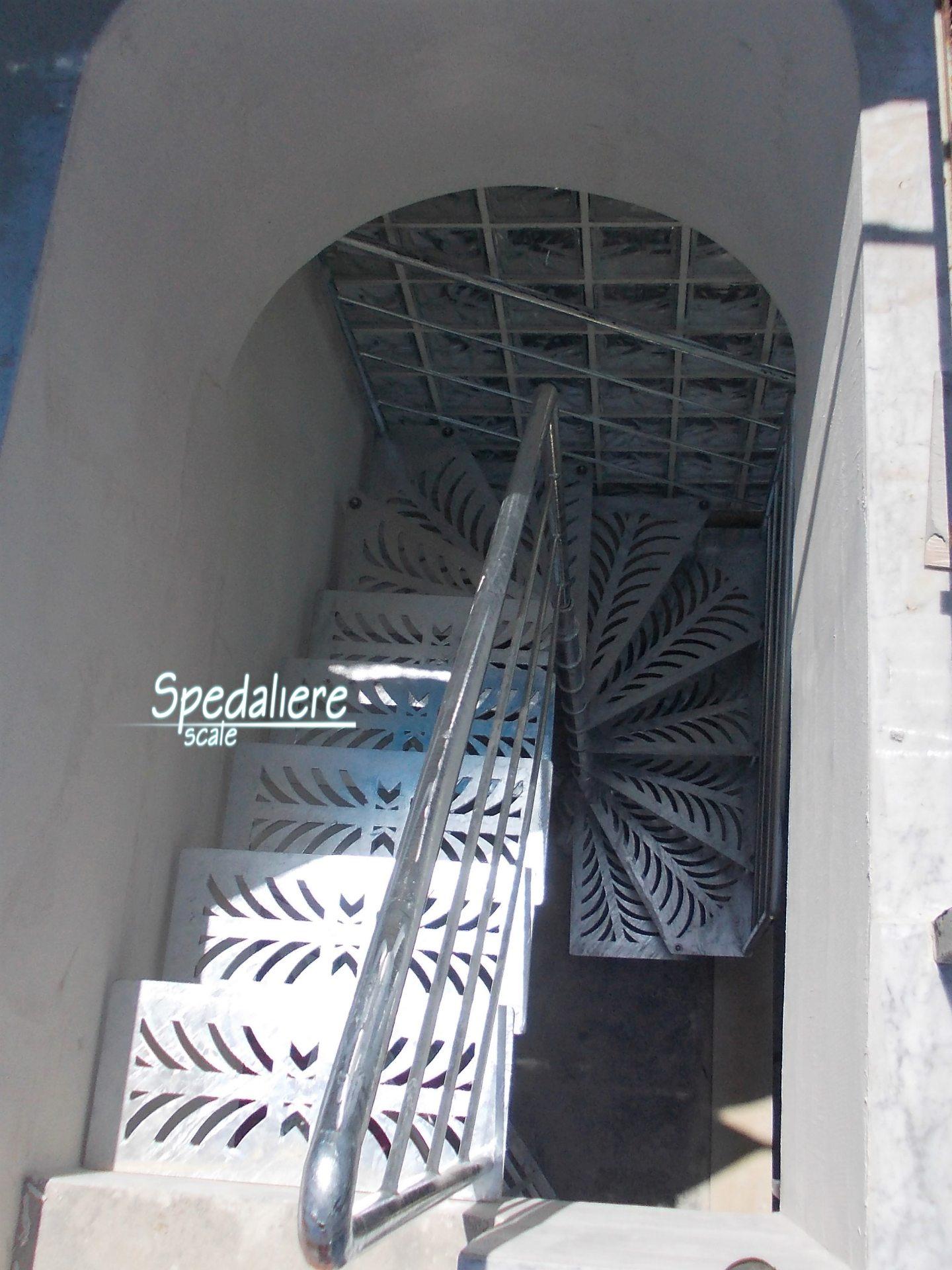 Rampa Amalfi con gradini Taglio Laser e ringhiera Marechiaro zincata a caldo