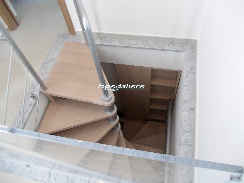 Chiocciola quadra con mobile integrato a filo parete