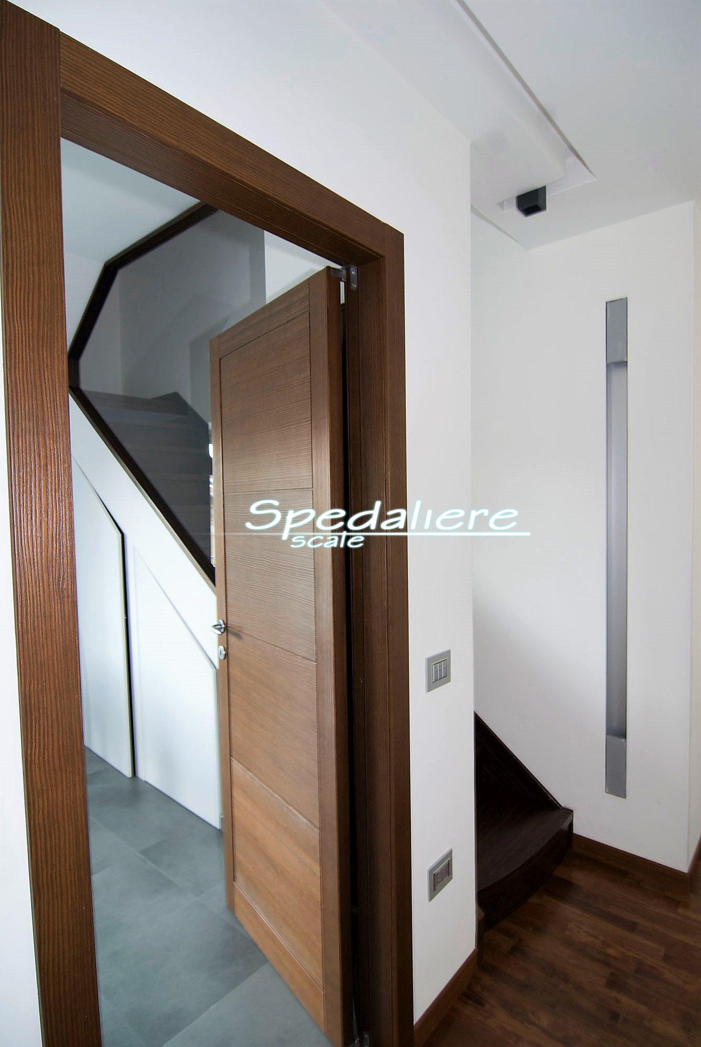 Rampa in legno con mobile integrato porte a filo