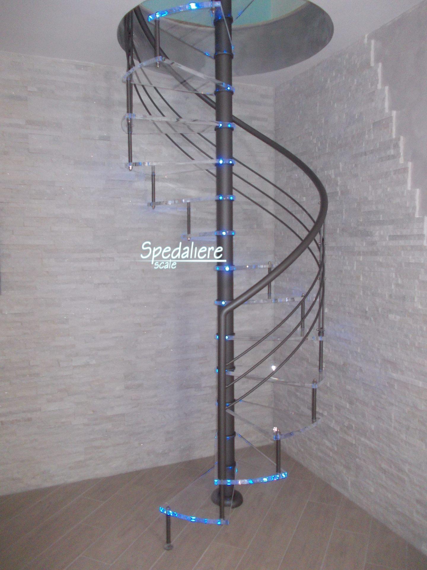 Chiocciola tonda con ringhiera Marechiaro e gradini in Plexiglas illuminata azzurro