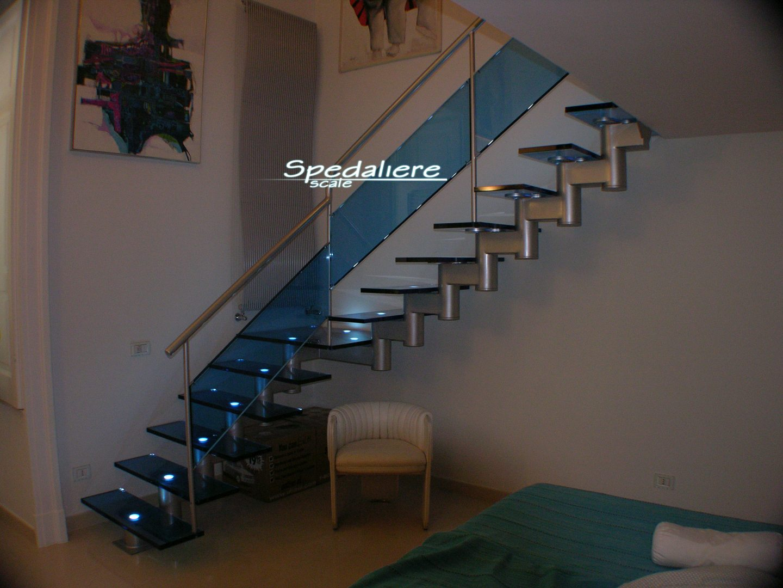 Rampa Snodo con gradini In plexiglas azzurro e ringhiera a pannelli in Plexiglas