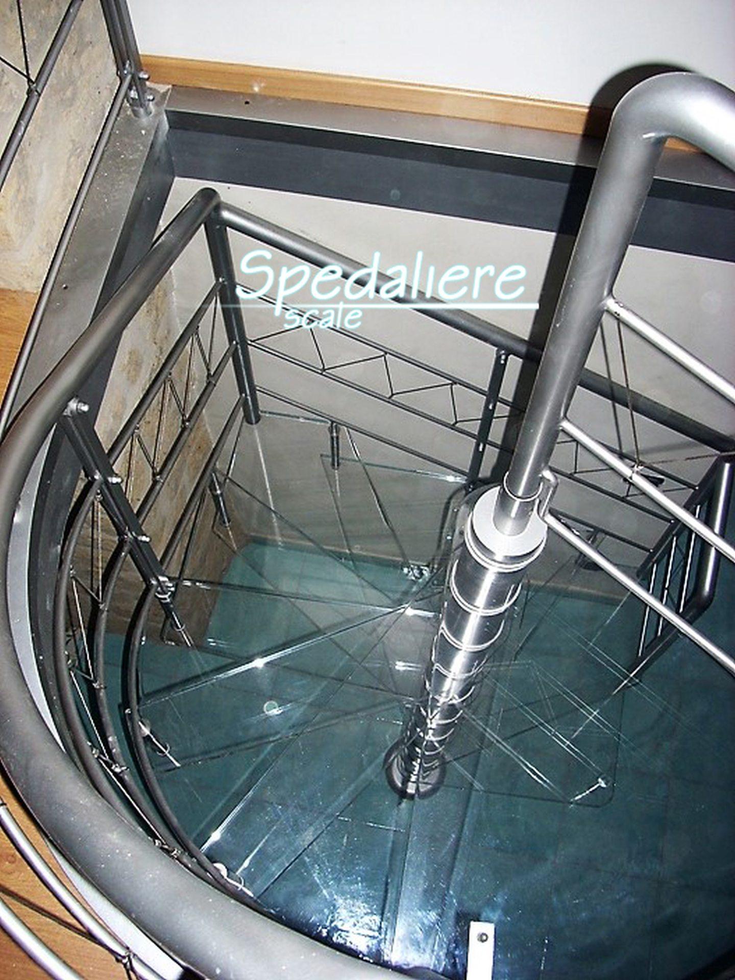 Chiocciola quadra con gradini in plexiglas trasparente finiture in acciaio lucido