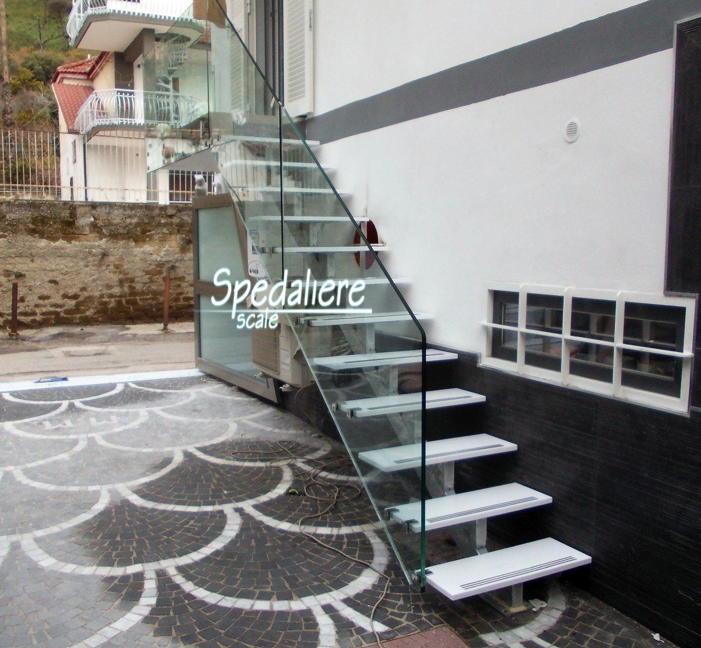 Rampa Vesuvio con gradini in Plexiglas bianco Colato  e ringhiera in pannellature in plexiglas