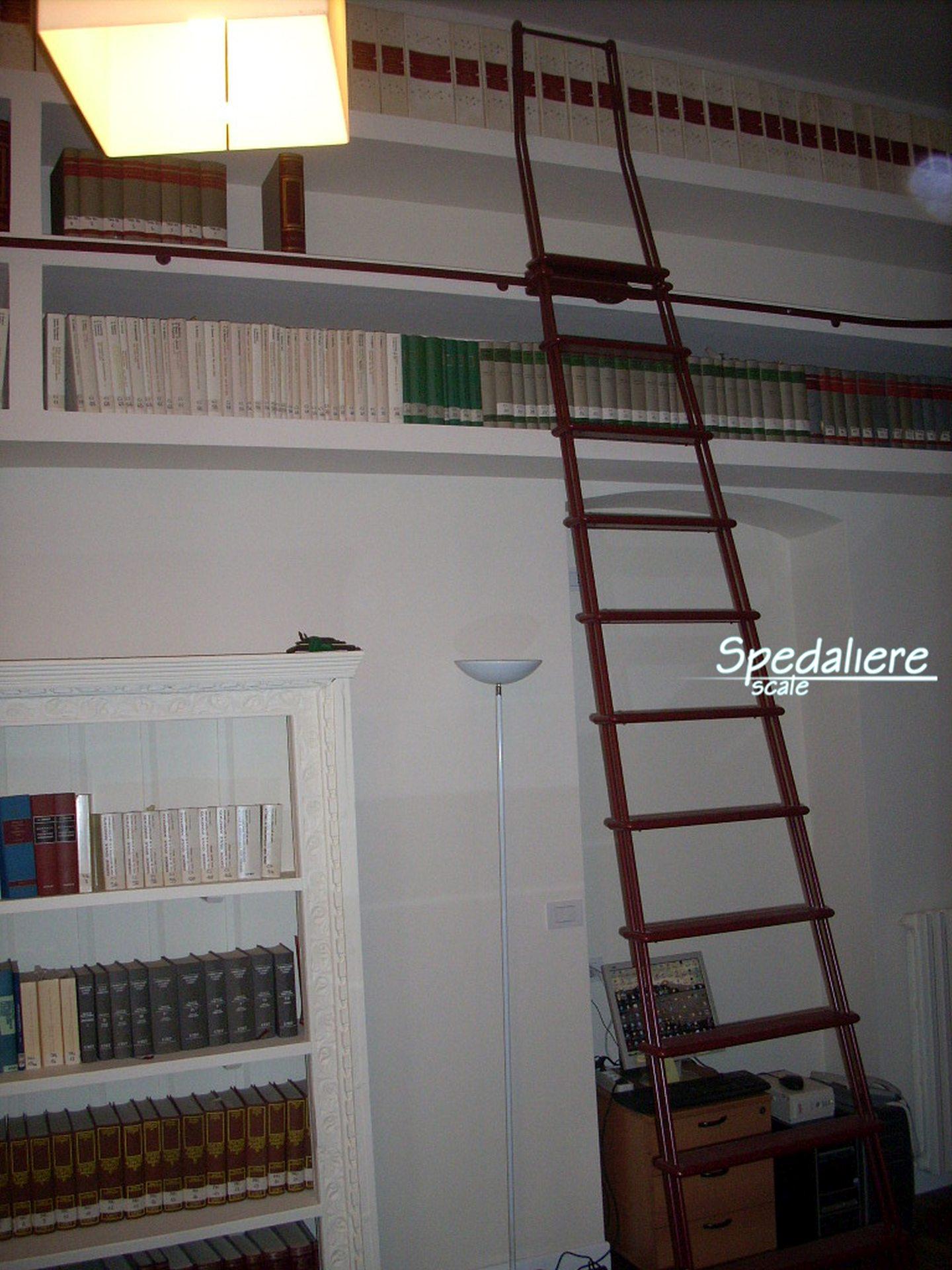 Scala scorrevole in Alluminio Bordò  per libreria realizzata su misura