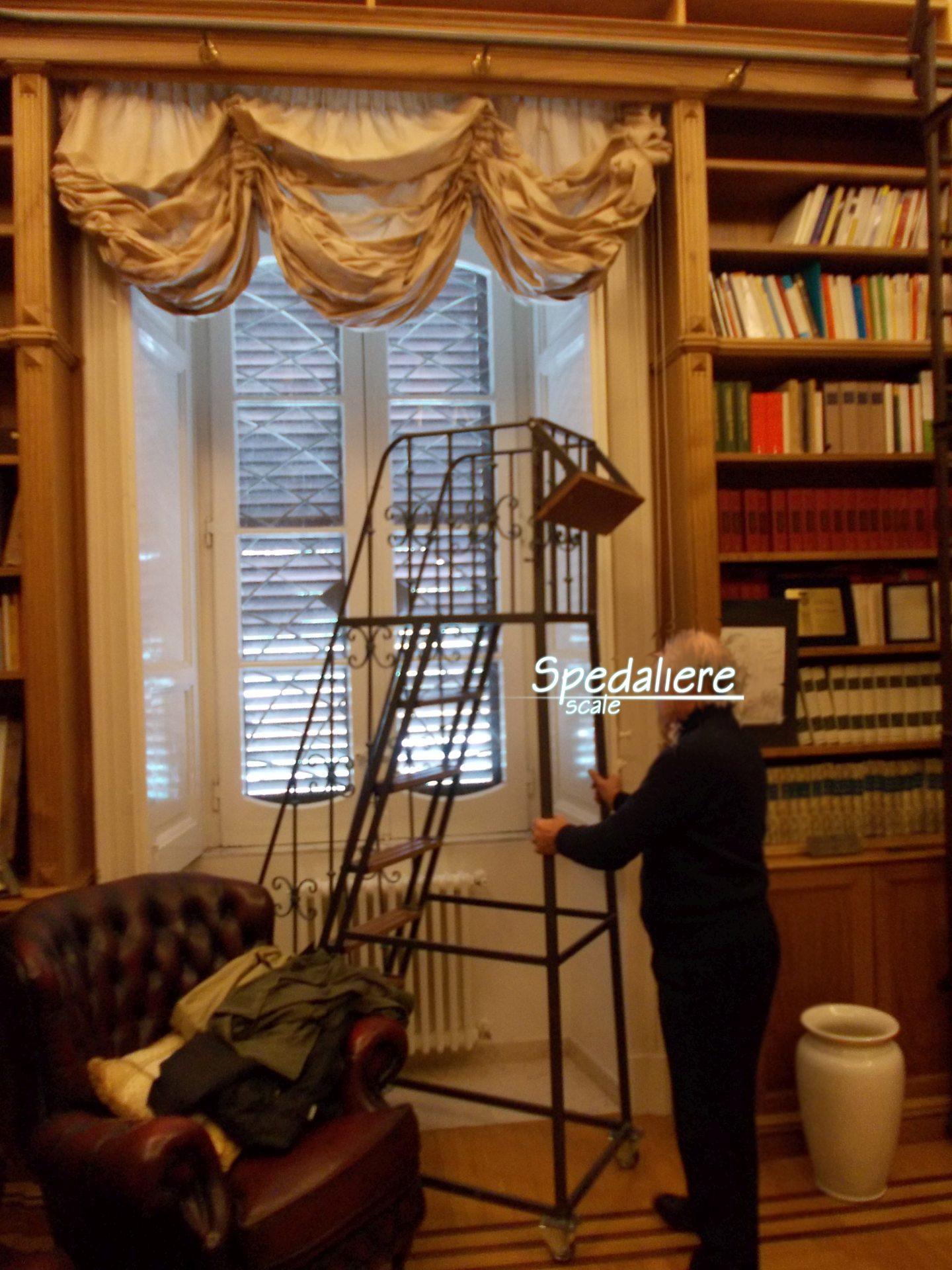 Scala Torre con ringhiera Fogliata per l'accesso alle librerie alte